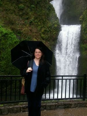 Lower_multnomah_falls_and_lilli